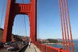 Isabell walking the Golden Gate Bridge (© 2010 Bernd Neeser)