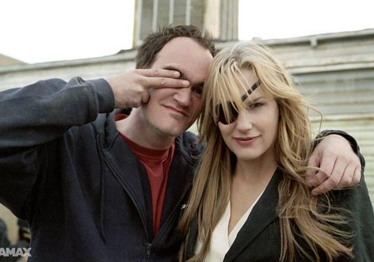 Quentin Tarantino bromeando con una de sus actrices