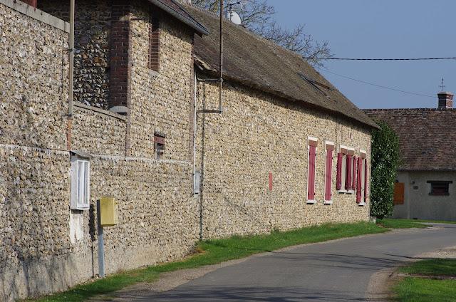Murs de silex, rue de la Mare. Les Hautes-Lisières (Rouvres, 28), 23 mars 2012. Photo : J.-M. Gayman