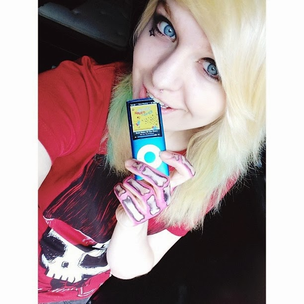 selfie, scene, scene girl, scene beauty, scene hair, girls with piercing, septum, blonde hair, bleach hair, skull tshirt, hottopic girl, geek girl, comiccon selfie, scene style, alt style