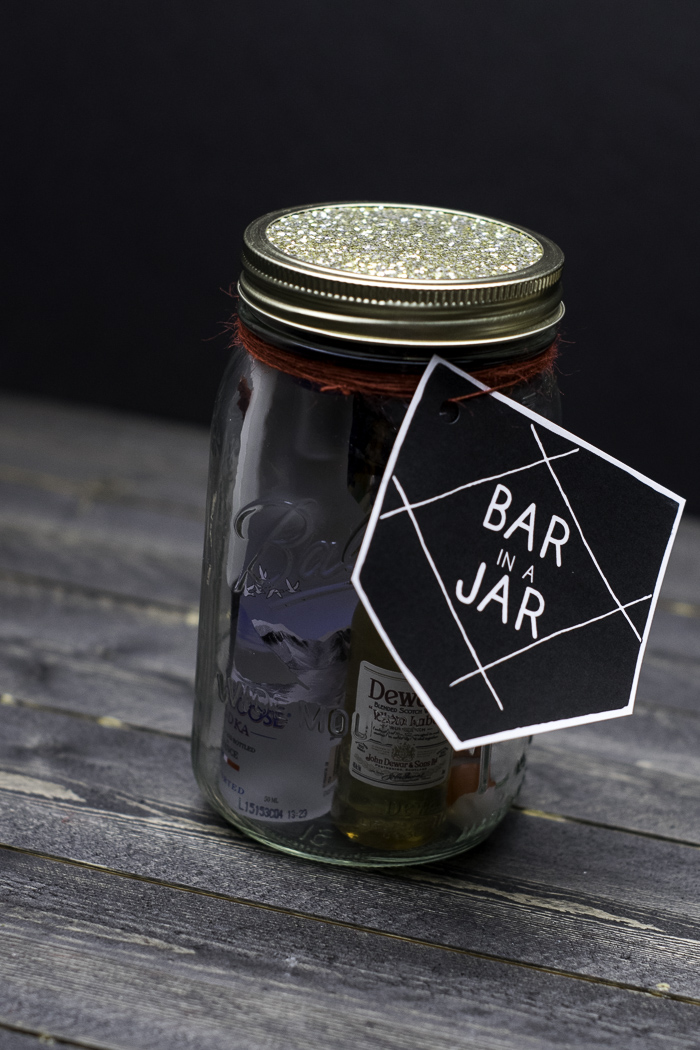 Bar in a Jar. Perfect gift for a man in your life. Masculine yet thoughtful! Great for Christmas, college graduation, and groomsmen gifts! #masonjarchristmasgiftideas