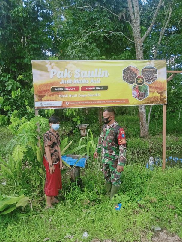 Pak Sahudin Pertenak Madu Kelulut di Lokasi TMMD Reguler Ke-111 desa Kuala Mandor B