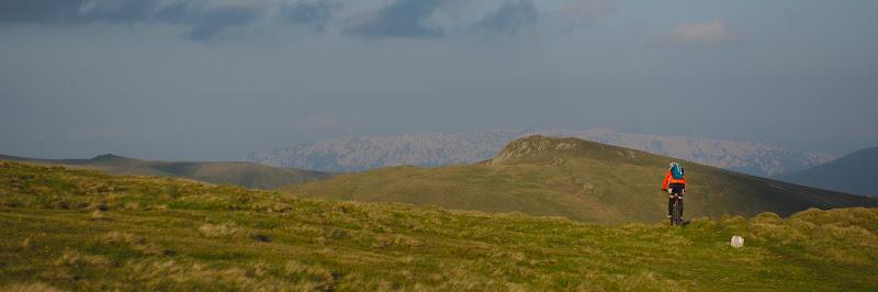 Unghiul acesta, cu creasta stancoasa a Craiului vazuta de pe culmile Fagarasului pare putin de pe alta planeta, cel putin pentru Romania.