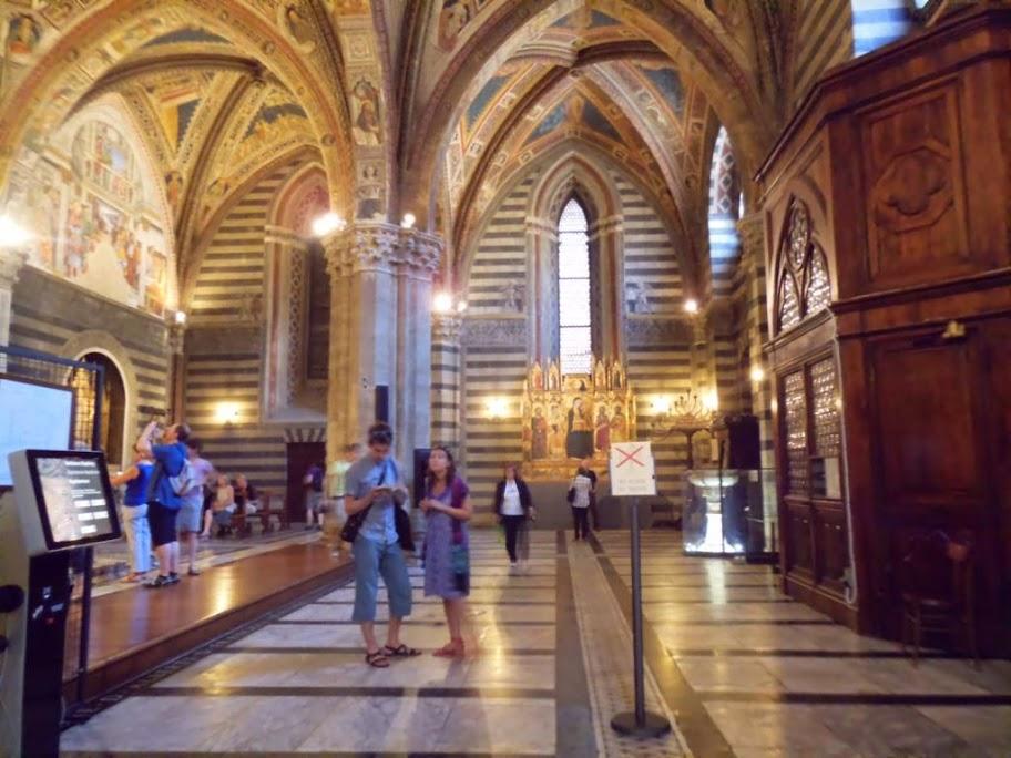 Interior del Baptisterio de Siena