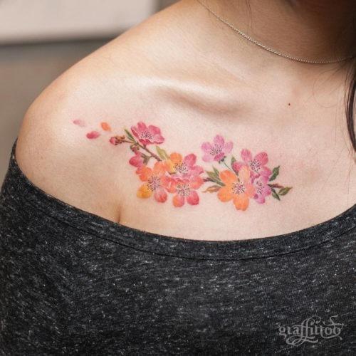 esta_delicada_tatuagem_de_flor_de_cerejeira