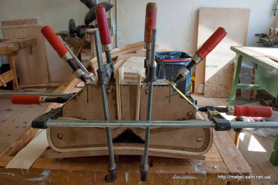Матрица, в которой происходит склейка деталей сиденья и спинки фанерного кресла