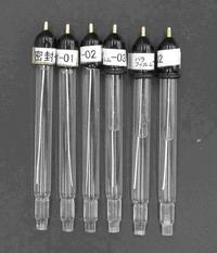RE-5 非水溶媒系参照電極を保存ビンに入れた場合(A: 写真左側3本)と何も処理せずに放置した場合(B: 写真右側3本)との比較。何もせずに放置したものは、内部溶液が半分に減ったが、保存ビンに入れたものは全く減っていない。