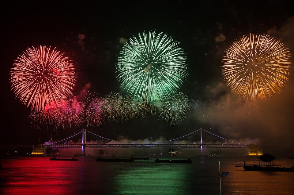 Xem bắn pháo hoa đẹp trên cầu đêm
