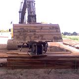 De graafmachine waakt over het nieuwe hardhout