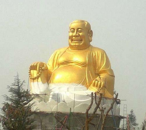 Tượng đức Phật Di Lặc với mái tóc kiểu mới kỳ cục!