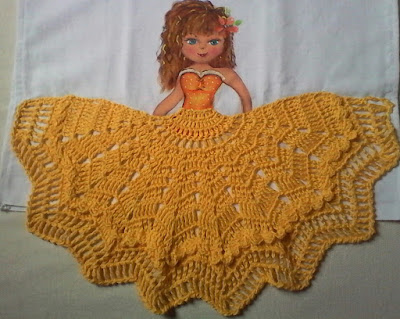 Pano de Copa - menina com saia de crochê