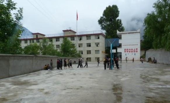 L' école de Siao Ping. cC'était 2 heures le matin et 2 heures le soir de marche pour aller a l école. Maman décédée jeune de maladie, Siao Ping est devenue infirmière