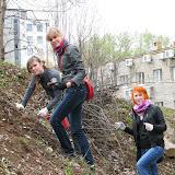 Алиса (9 лицей), Надежда и Ольга(ЭКА) занимаются посадкой цветов на крутом склоне