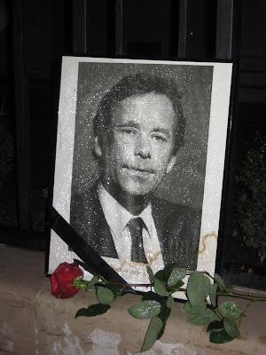 Portrét se smuteční stužkou a růže