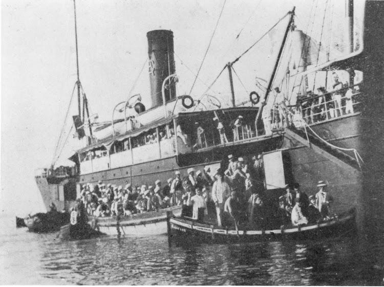 6- Desembarque de tropas desde el VICENTE FERRER. Colección Laureano Garcia.jpg