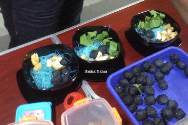 maniak-makan-bakso-jagrag-solo-bakso-hitam-pertama-di-solo-preparation-desk