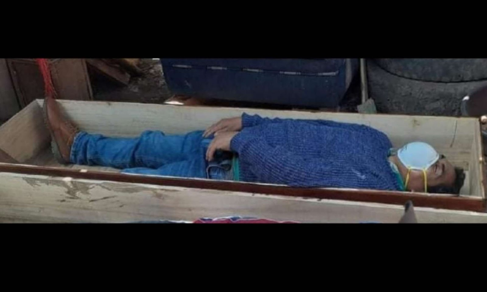 Peru Mayor who slept closed himself in a coffin to avoid curfew rules