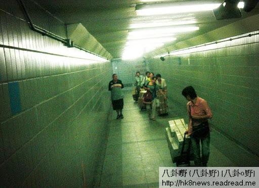 位於禁區羅湖村的水貨秘道,螞蟻雄兵般的水貨客正絡繹不絕通過隧道,直上中港關口。