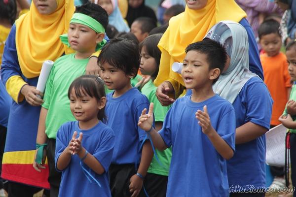 Rakan rumah sukan biru memberikan sokongan padu kepada rakan-rakan