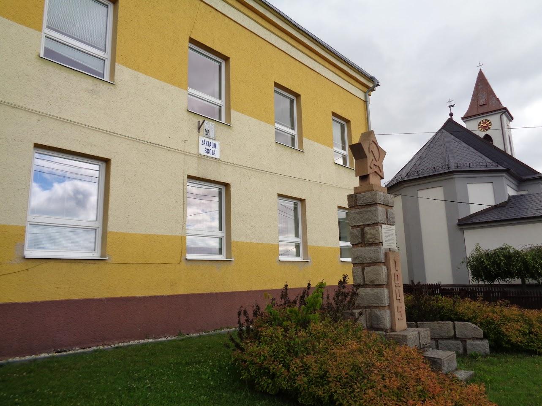 Obrázek - Základní škola těsně před rekonstrukcí  - červen 2018