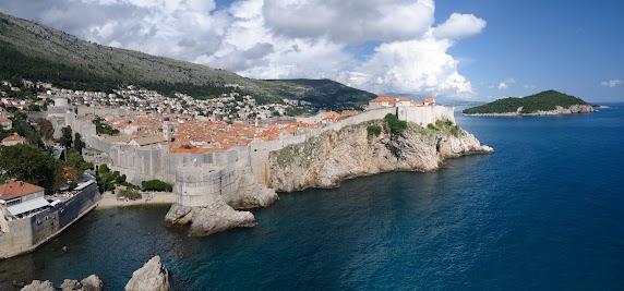 Blick von der Festung Lovrijenac auf Dubrovniks Stadtmauer