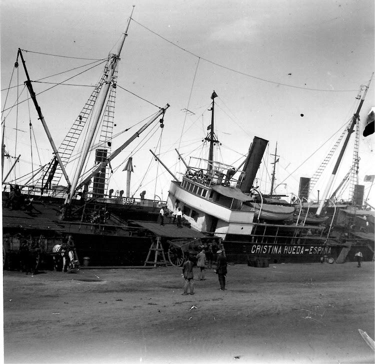 El vapor CRISTINA RUEDA en Barcelona. Ca. 1915. Colección Jaume Cifre Sanchez. Nuestro agradecimiento.jpg