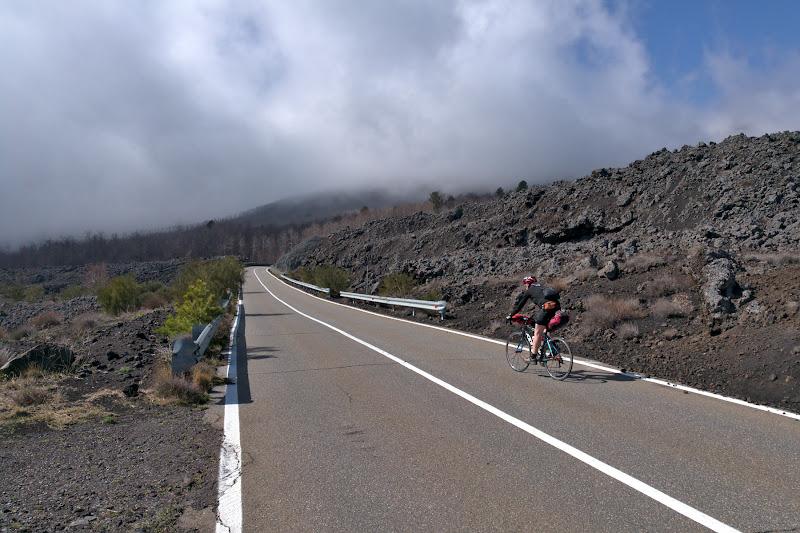 Soseaua ce traverseaza raurile de lava ce s-au scurs nu cu multa vreme in urma de pe Etna.
