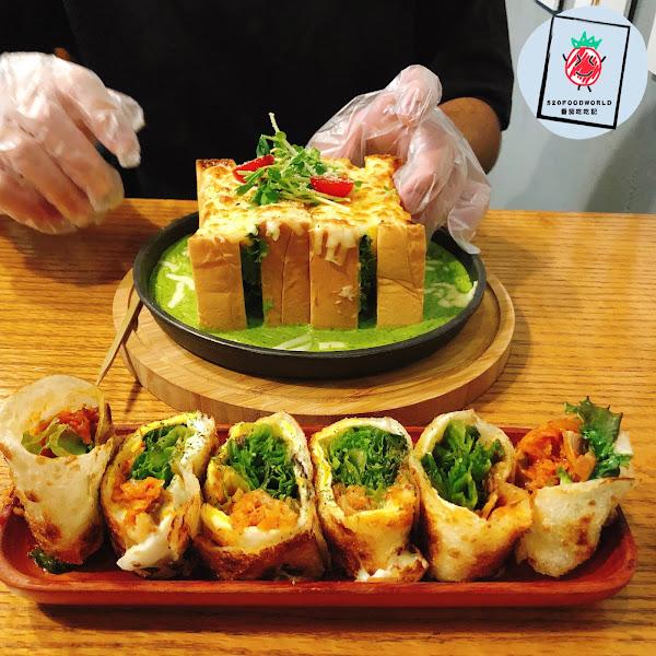 🐟嗆辣鮪魚沙拉瀑布吐司 $125 🍳歐姆蛋營養起司雞腿 $179 🌯韓國歐爸比夫蛋餅 $79 🥙A套餐 +$59 (濃湯、$60內飲品)  滿滿的乾燥花牆 看了心情就愉快了起來☺️  #嗆辣鮪