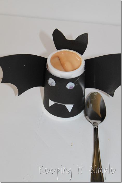 #ad Halloween-snack-idea-Bat-yogurt-with-printable #SnackandSmile (12)