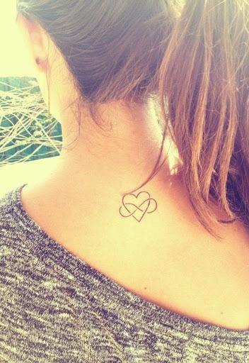 Tatuado Coracao projetos com o Infinito na parte de tras do pescoco