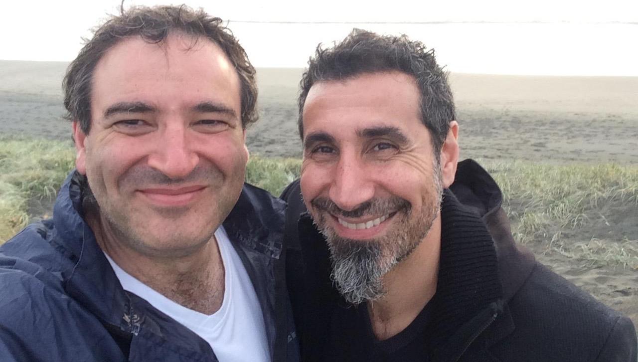 Serj Tankian grava música em projeto do compositor John Psathas