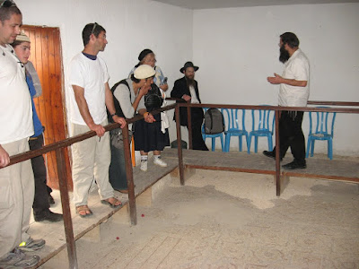 הרב יצחק שפירא בבית הכנסת שלום על ישראל ביריחו