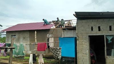 Kodim 1207/BS Kerja Bhakti Perbaiki Rumah Korban Angin Puting Beliung