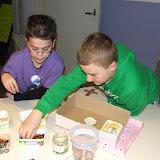Kinderen van de kinderkerkclub maken een rozenkrans - DSCF5705.JPG