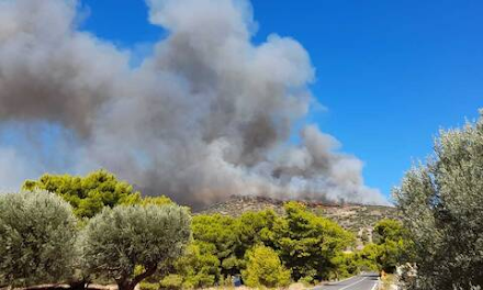 Τεράστιο το μέτωπο της πυρκαγιάς στην Κερατέα Αττικής - Εκκενώνονται Μαρκάτι και Συντερίνα - Καταγγελία για εμπρησμό