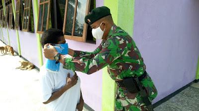 Satgas Raider 300 Bagikan Masker Kepada Jema'at Gereja Injili Yabanda