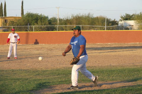 Candelario García de CNC en el softbol sabatino
