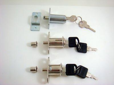 裝潢五金品名:合室插鎖規格:7分/9分/1寸2型式:亂號顏色:銀色玖品五金