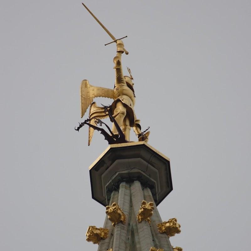 Brussels_115 Hotel de Ville Statue.jpg