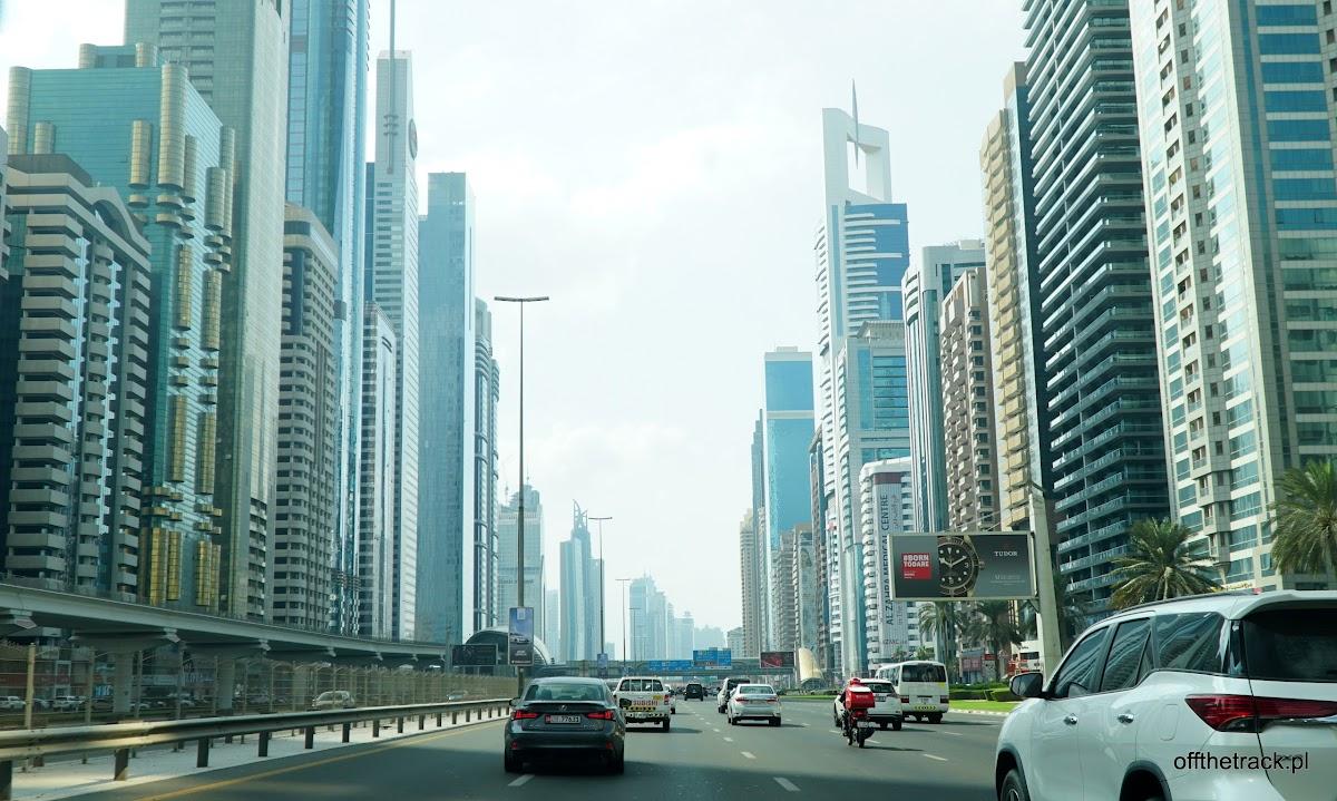 Główna arteria samochodowa pomiędzy wieżowcami w Dubaju, Zjednoczone Emiraty Arabskie