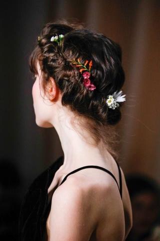 #coque #coqueenrolado #knot #bun #rolledknot #rollled bun #hair #catwalk #flowers #flowersinherhair #Valentino #ValentinoCouture