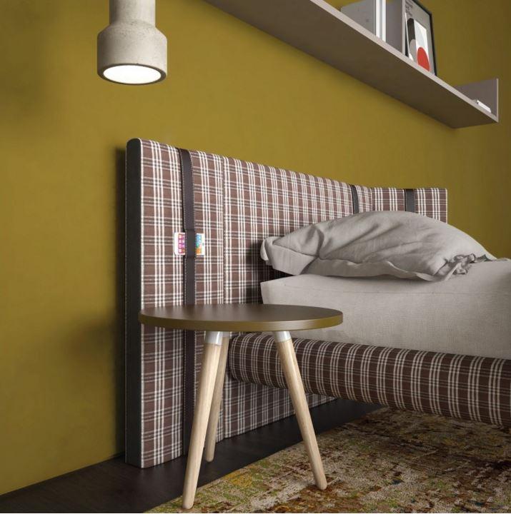 particolare letto imbottito con cinghia porta smart-phone.JPG