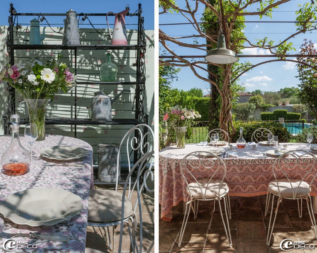 Pour égayer une terrasse, un mur a été peint en vert d'eau décoré de pois roses et kaki, étagère de boulanger métallique servant de desserte et permettant d'exposer une collection d'arrosoirs et brocs en zinc chinés, chaises de jardin 'Fermob'
