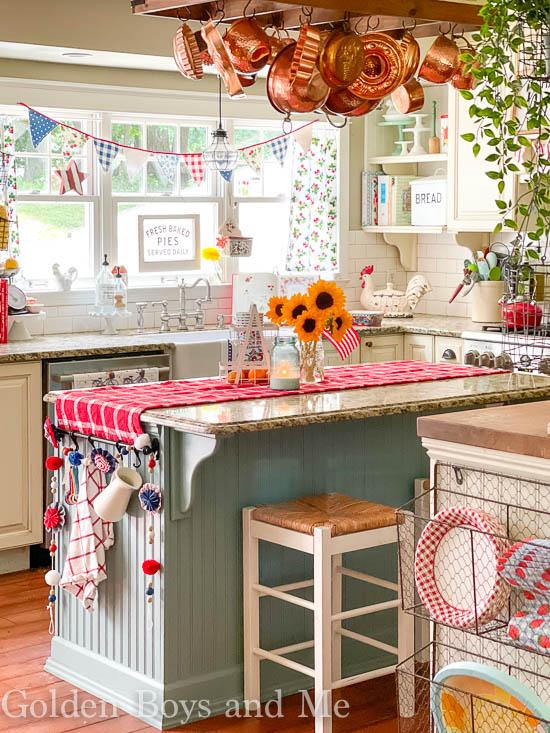 Red white and blue summer decor - www.goldenboysandme.com
