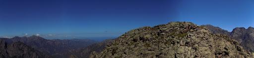 Le sommet du Capu a e Poste en face de nous de l'autre côté de l'entaille