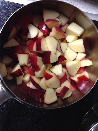 りんごを鍋に入れる