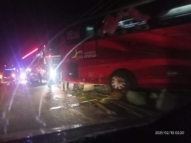 Lakalantas Colt Diesel Dengan Bus Harapan Indah di Julok Semalam