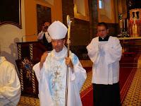 22 Kivonulás- a püspök atya áldást oszt.jpg