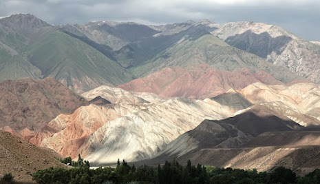 Beeindruckendes Farbenspiel in den Bergen südlich des Jungal Tals