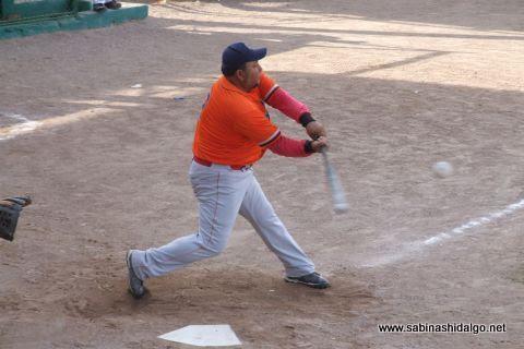 Javier González Flores bateando por Burócratas A en el softbol dominical